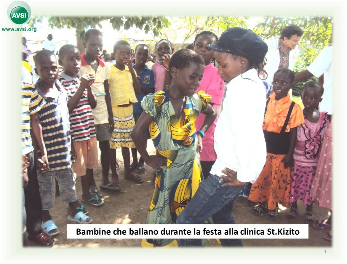9 Bambine che ballano durante la festa alla clinica St.Kizito