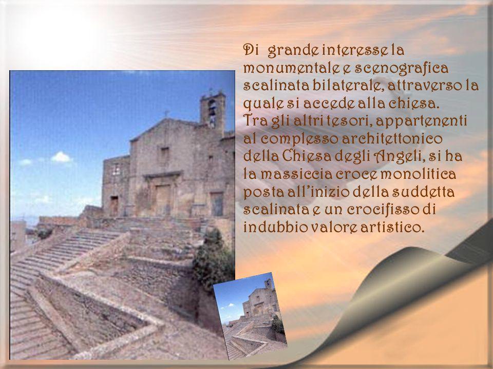 Di grande interesse la monumentale e scenografica scalinata bilaterale, attraverso la quale si accede alla chiesa. Tra gli altri tesori, appartenenti