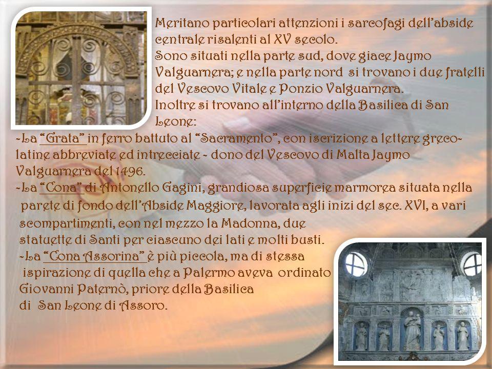 Meritano particolari attenzioni i sarcofagi dellabside centrale risalenti al XV secolo. Sono situati nella parte sud, dove giace Jaymo Valguarnera; e