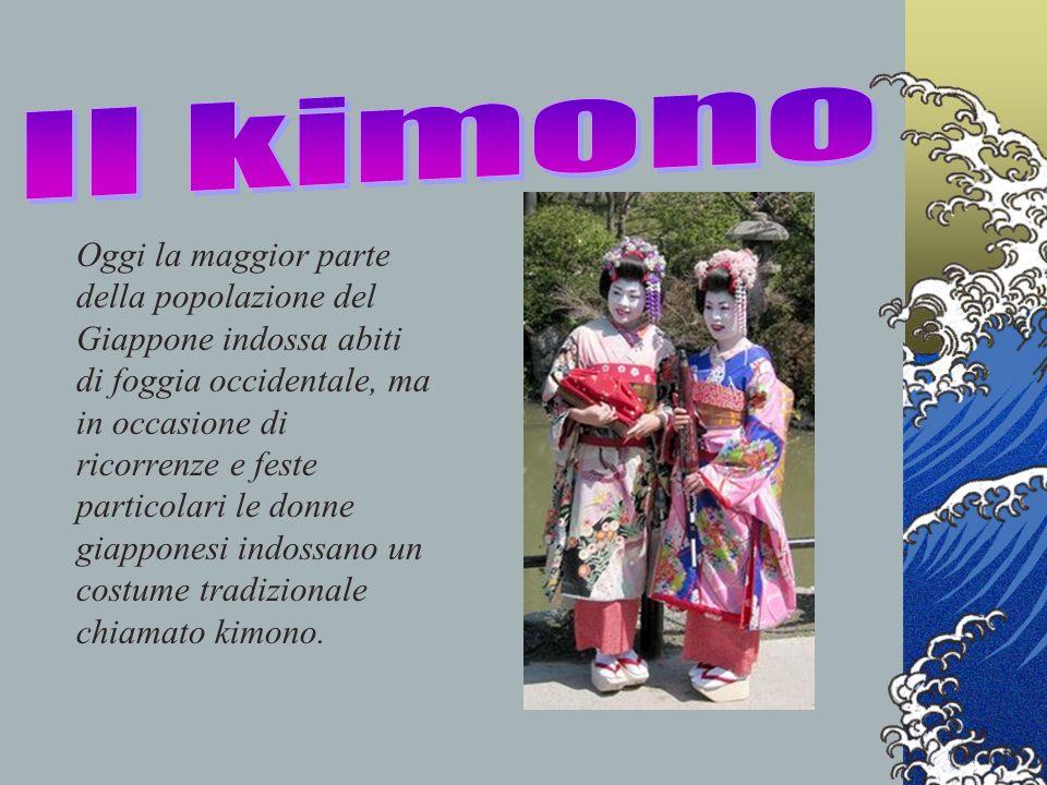Oggi la maggior parte della popolazione del Giappone indossa abiti di foggia occidentale, ma in occasione di ricorrenze e feste particolari le donne g