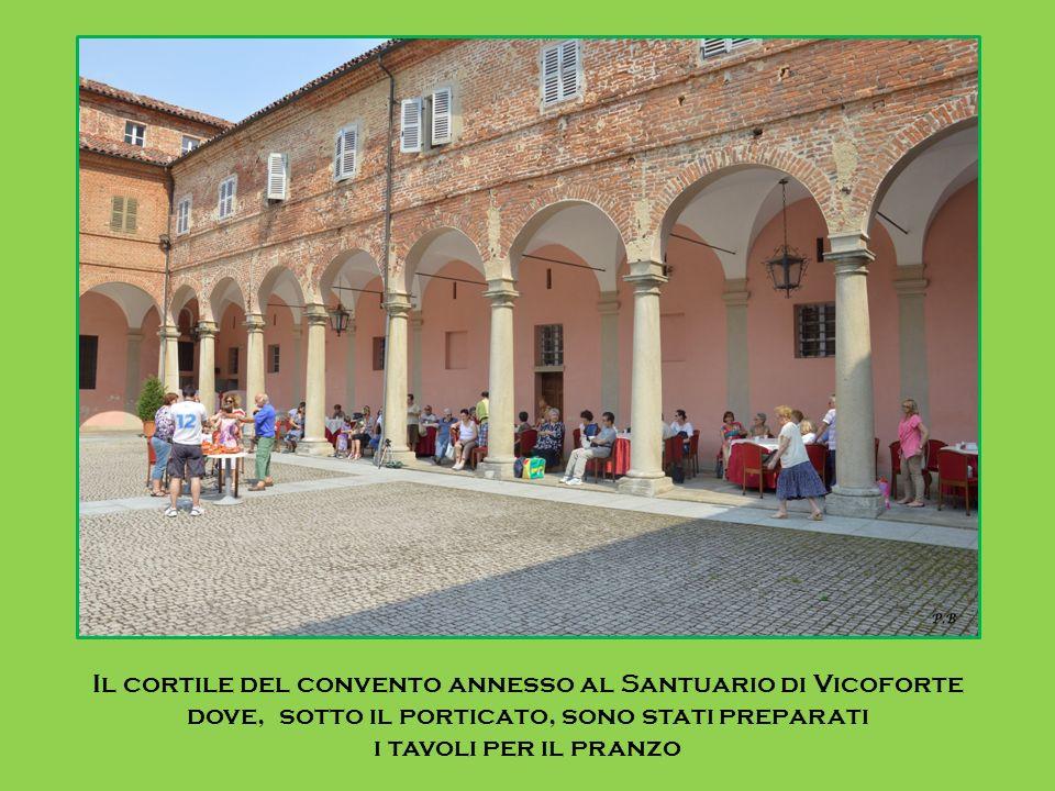 Il cortile del convento annesso al Santuario di Vicoforte dove, sotto il porticato, sono stati preparati i tavoli per il pranzo