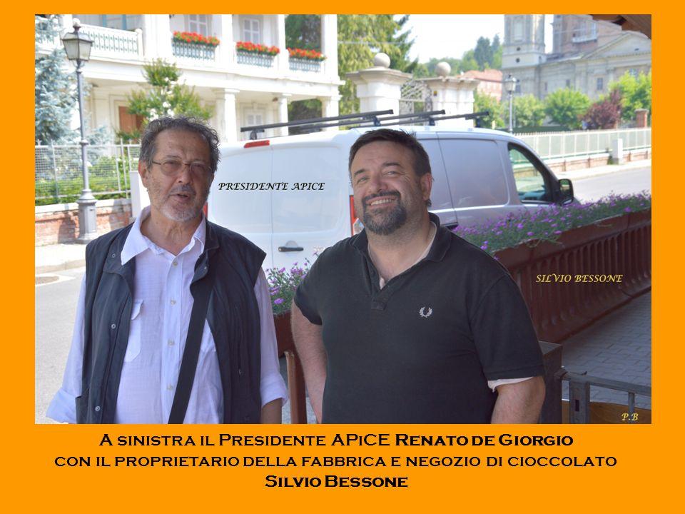 A sinistra il Presidente APiCE Renato de Giorgio con il proprietario della fabbrica e negozio di cioccolato Silvio Bessone