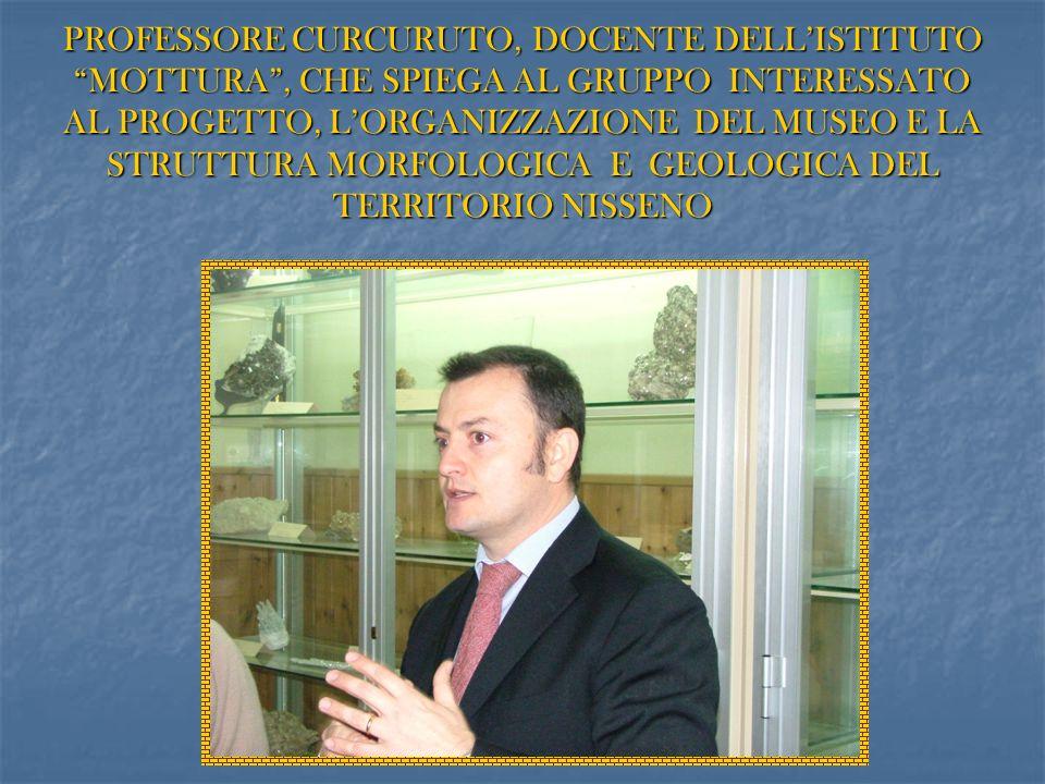 PROFESSORE CURCURUTO, DOCENTE DELLISTITUTO MOTTURA, CHE SPIEGA AL GRUPPO INTERESSATO AL PROGETTO, LORGANIZZAZIONE DEL MUSEO E LA STRUTTURA MORFOLOGICA