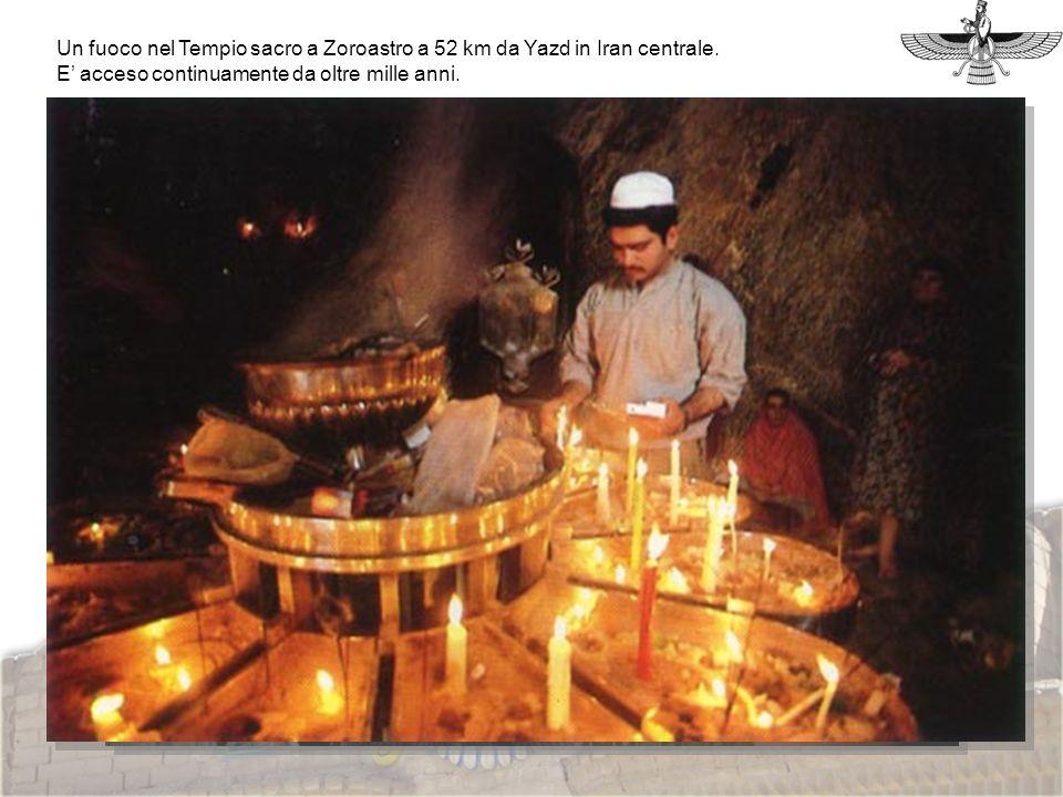 Foto fuoco Un fuoco nel Tempio sacro a Zoroastro a 52 km da Yazd in Iran centrale. E acceso continuamente da oltre mille anni.