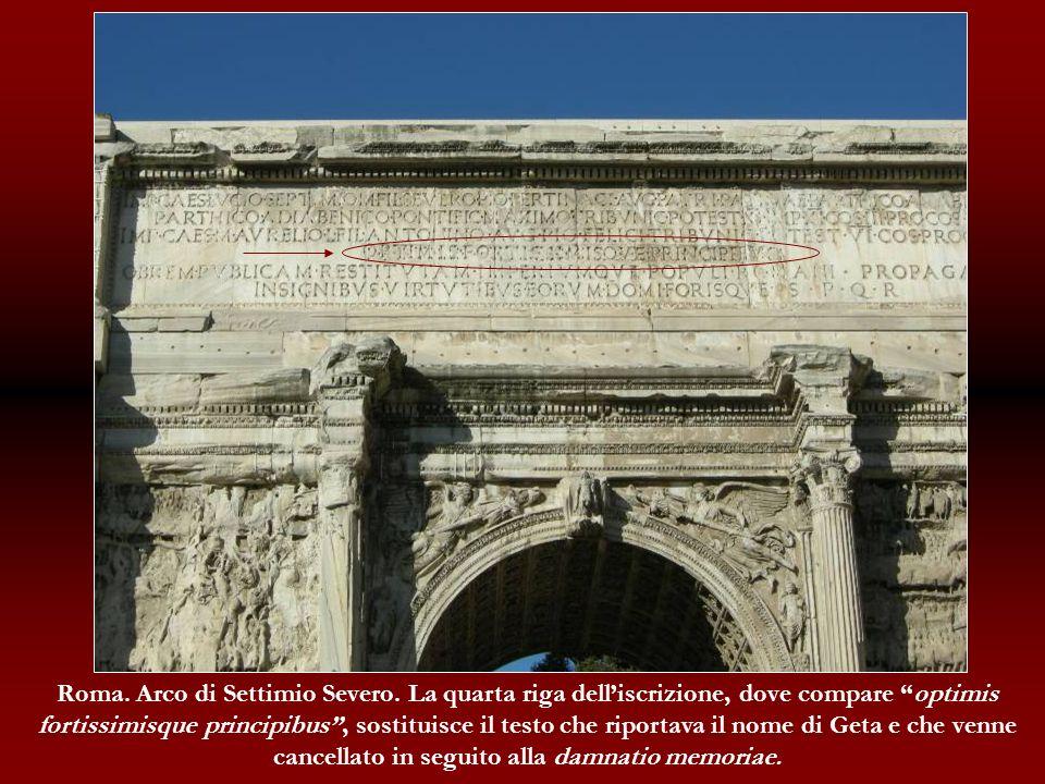 Roma. Arco di Settimio Severo. La quarta riga delliscrizione, dove compare optimis fortissimisque principibus, sostituisce il testo che riportava il n