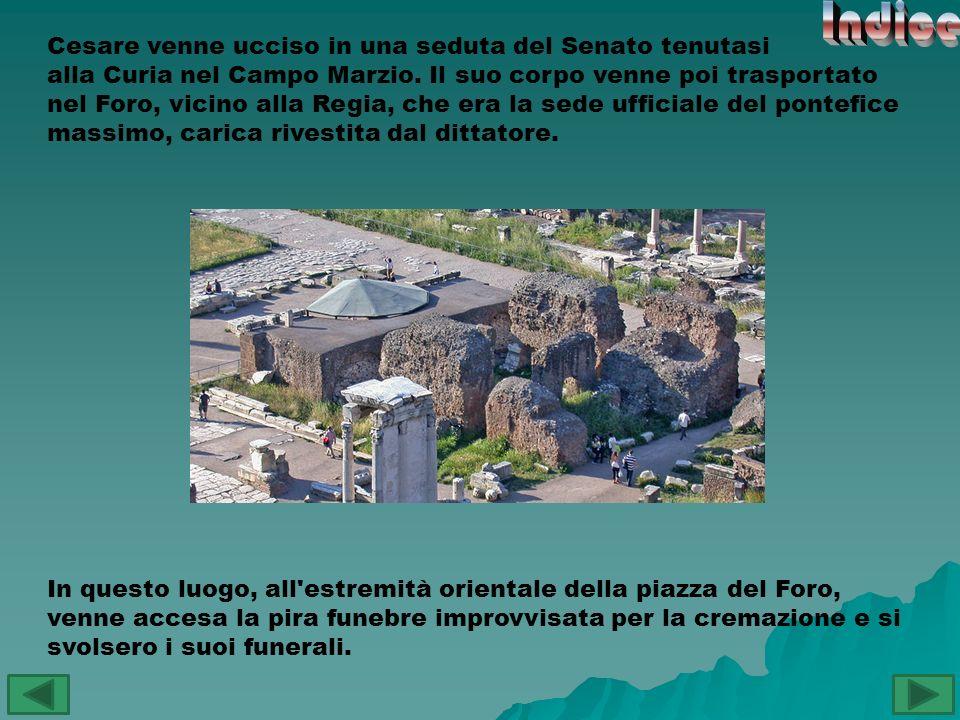 In questo luogo, all'estremità orientale della piazza del Foro, venne accesa la pira funebre improvvisata per la cremazione e si svolsero i suoi funer