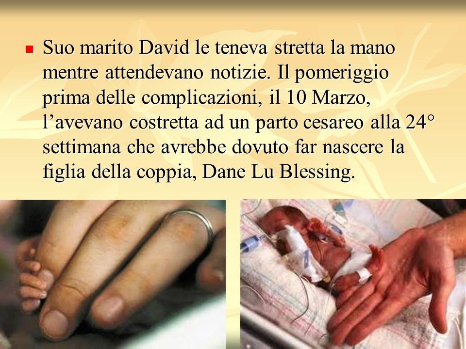 Suo marito David le teneva stretta la mano mentre attendevano notizie. Il pomeriggio prima delle complicazioni, il 10 Marzo, lavevano costretta ad un