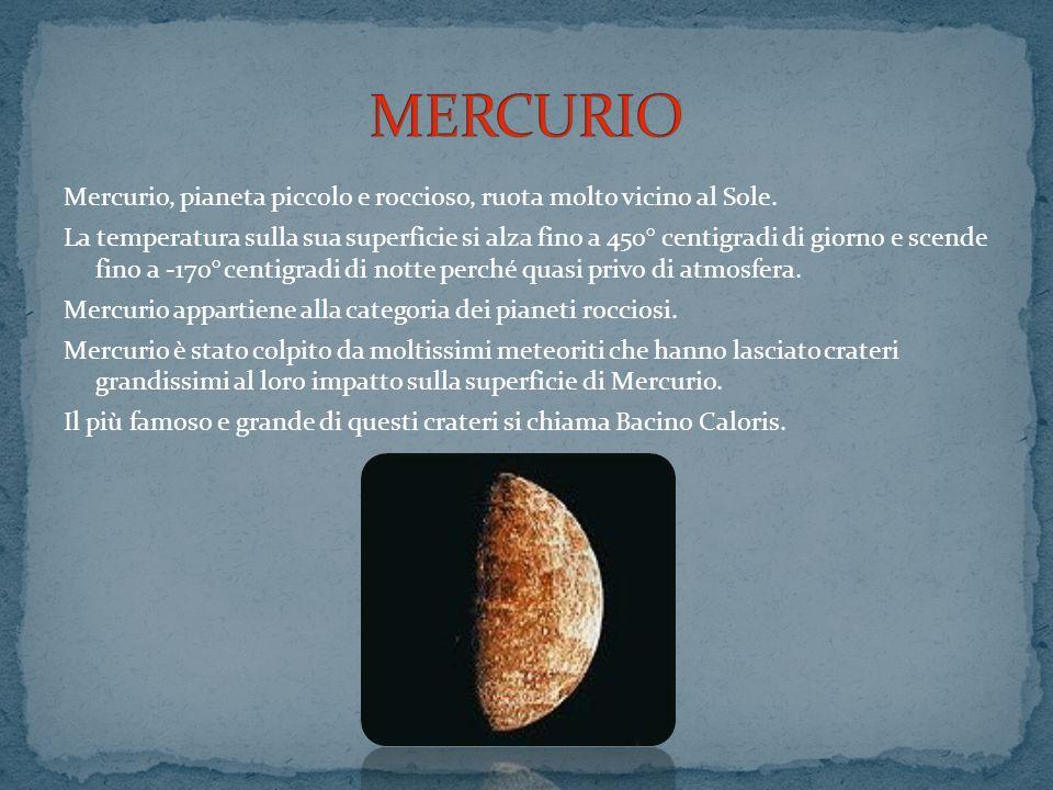 Mercurio, pianeta piccolo e roccioso, ruota molto vicino al Sole. La temperatura sulla sua superficie si alza fino a 450° centigradi di giorno e scend