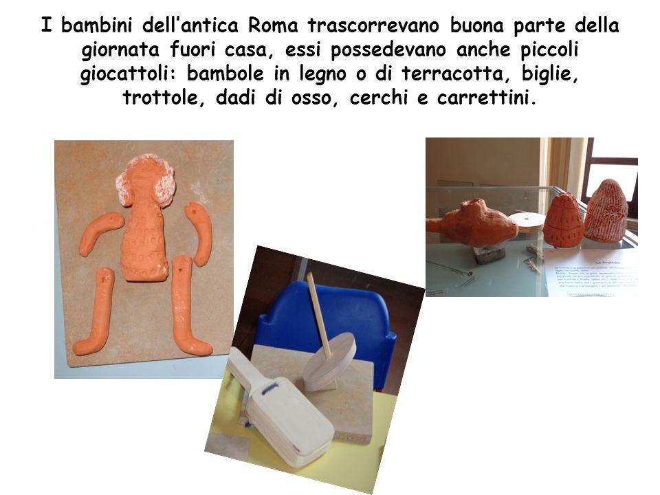 I bambini dellantica Roma trascorrevano buona parte della giornata fuori casa, essi possedevano anche piccoli giocattoli: bambole in legno o di terrac