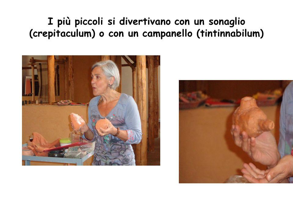 I più piccoli si divertivano con un sonaglio (crepitaculum) o con un campanello (tintinnabilum)