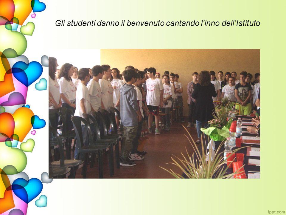 Gli studenti danno il benvenuto cantando linno dellIstituto