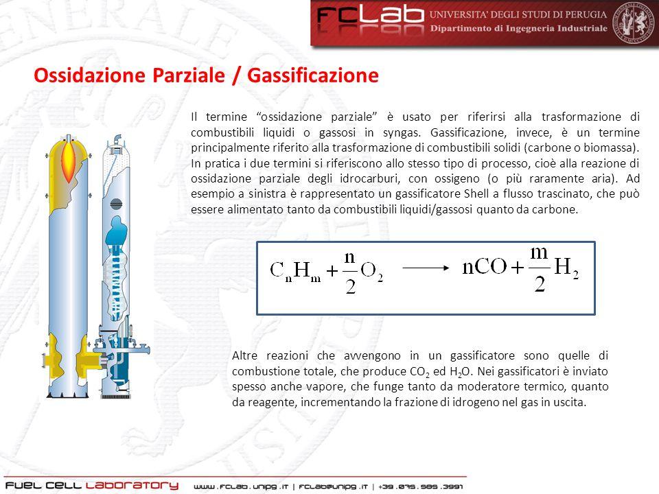 Le principali reazioni chimiche: combustione parziale (C+½O 2 CO +110.6 kJ/mol) combustione totale (C+O 2 CO 2 + 393.7 kJ/mol) shift (CO+H 2 O CO 2 +H 2 + 41.2 kJ/mol) gassificazione (C+H 2 O CO+H 2 –131.4 kJ/mol) I flussi uscenti sono: Il syngas grezzo ricco di CO e idrogeno, a temperatura elevata (500-1400°C) Le ceneri, in varie forme a seconda del tipo di gassificatore Lo zolfo è convertito in H 2 S e in piccola parte in COS Ossidazione Parziale / Gassificazione