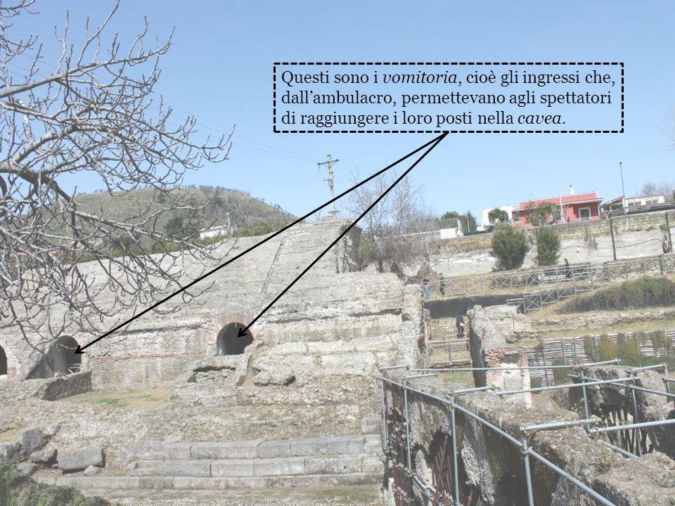Questi sono i vomitoria, cioè gli ingressi che, dallambulacro, permettevano agli spettatori di raggiungere i loro posti nella cavea.