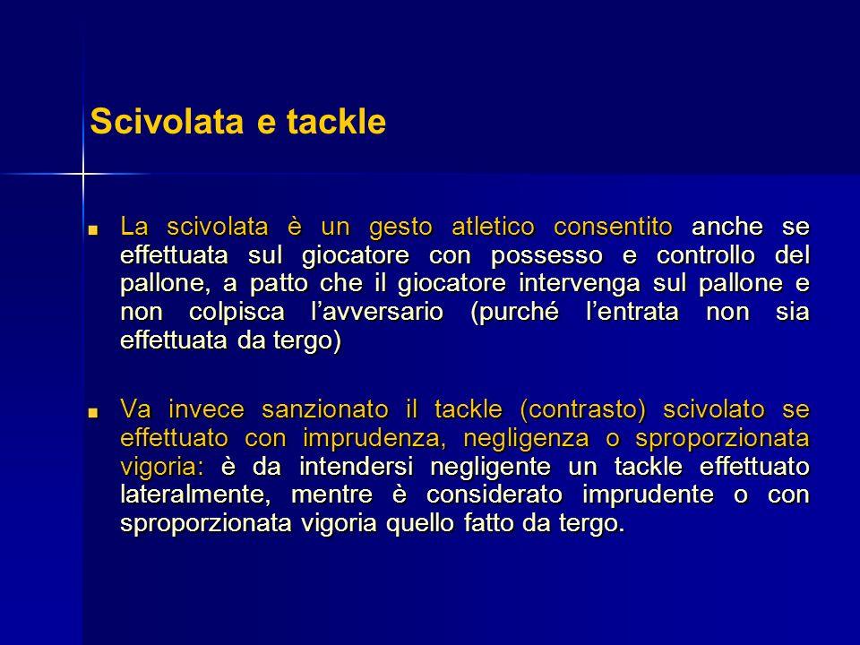 La scivolata è un gesto atletico consentito anche se effettuata sul giocatore con possesso e controllo del pallone, a patto che il giocatore interveng