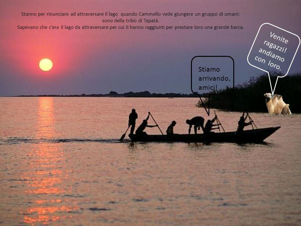 Così i cinque amici salgono sullimbarcazione e possono ammirare da lì il paesaggio e le acque profonde dellenorme lago, senza correre rischi.