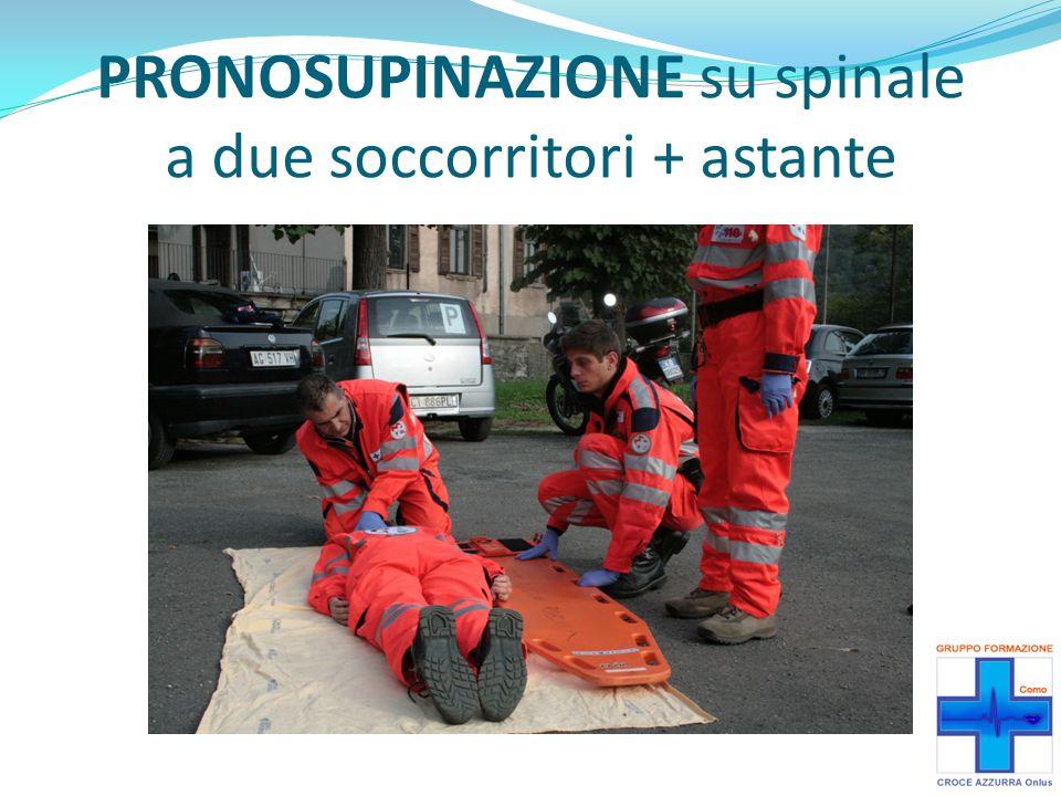 Quando il paziente è girato di 90°, il 2° soccorritore appoggia il paziente sulle proprie ginocchia e porta il palmo della mano, più distale alla testa, dietro al paziente al centro della colonna per sorreggerla.