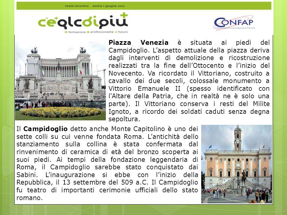 Piazza Venezia è situata ai piedi del Campidoglio.