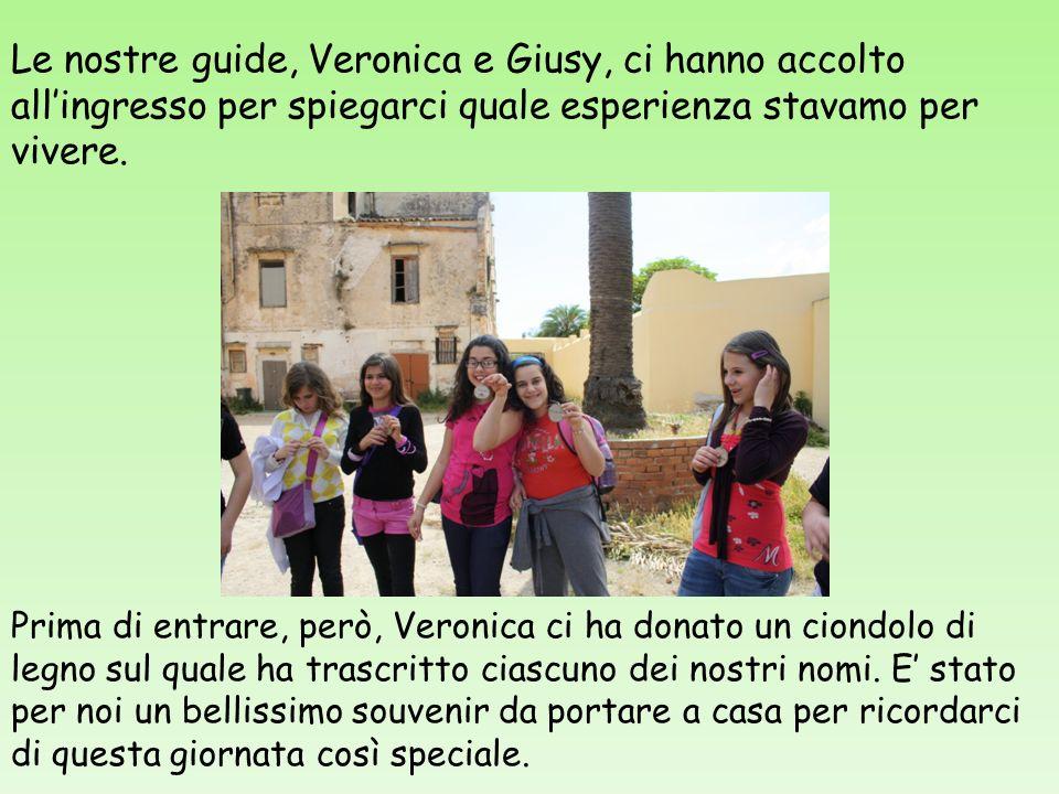 Le nostre guide, Veronica e Giusy, ci hanno accolto allingresso per spiegarci quale esperienza stavamo per vivere. Prima di entrare, però, Veronica ci