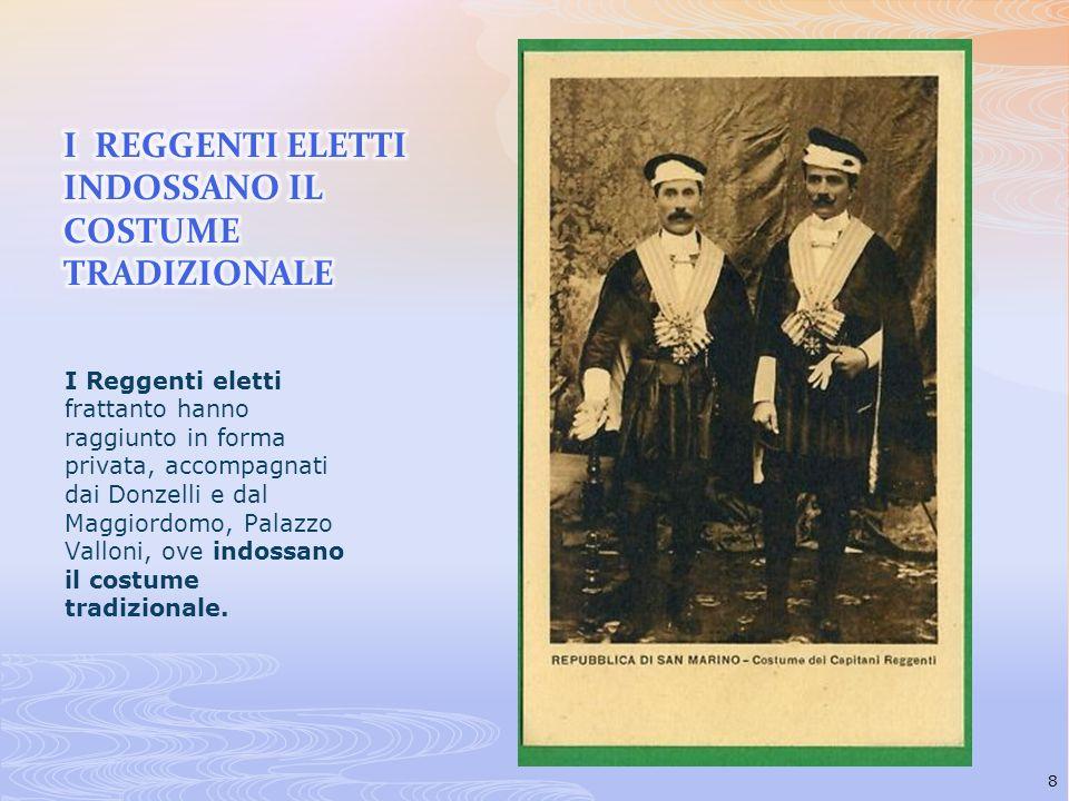I Reggenti eletti frattanto hanno raggiunto in forma privata, accompagnati dai Donzelli e dal Maggiordomo, Palazzo Valloni, ove indossano il costume t