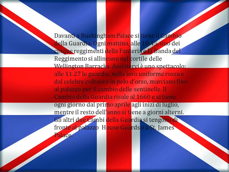Davanti a Buckingham Palace si tiene il Cambio della Guardia. Ogni mattina, alle 10.45, uno dei cinque reggimenti della Fanteria e la Banda del Reggim