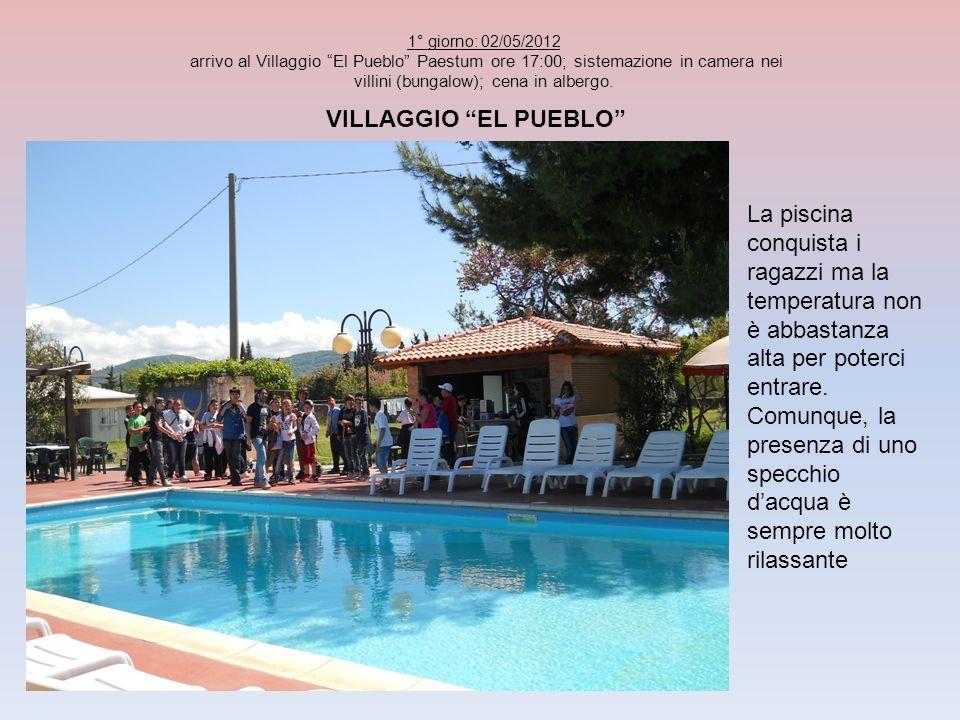 VILLAGGIO EL PUEBLO La piscina conquista i ragazzi ma la temperatura non è abbastanza alta per poterci entrare. Comunque, la presenza di uno specchio