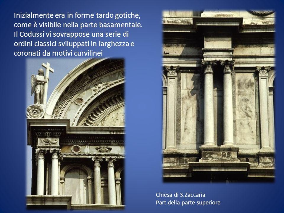 Inizialmente era in forme tardo gotiche, come è visibile nella parte basamentale. Il Codussi vi sovrappose una serie di ordini classici sviluppati in