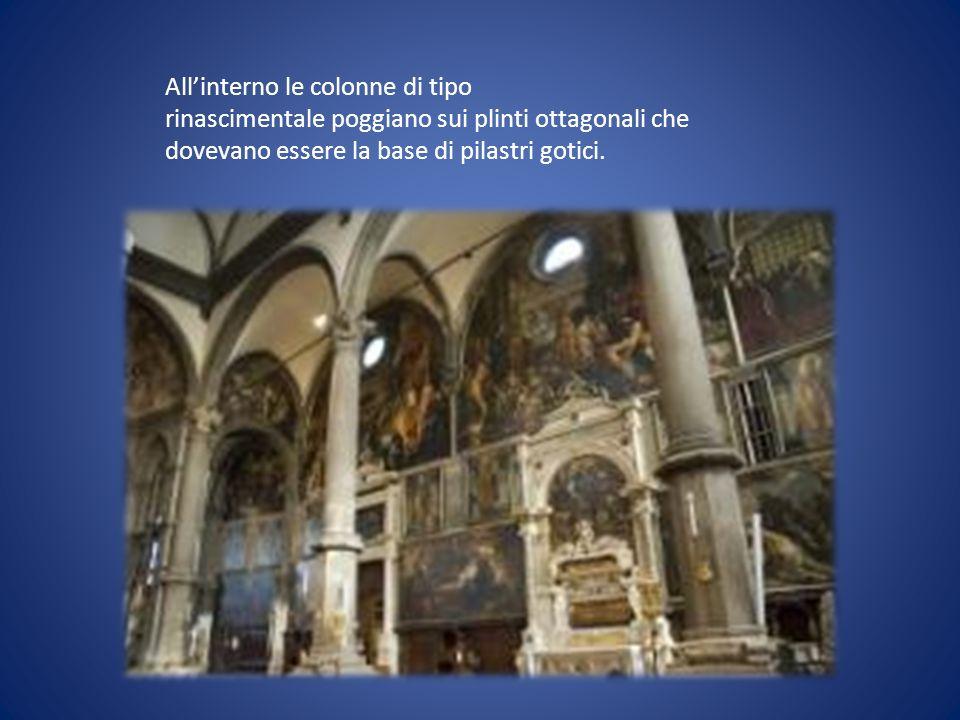 Allinterno le colonne di tipo rinascimentale poggiano sui plinti ottagonali che dovevano essere la base di pilastri gotici.