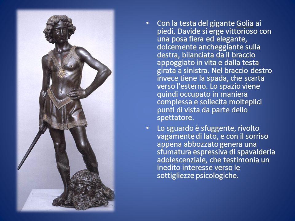 Con la testa del gigante Golia ai piedi, Davide si erge vittorioso con una posa fiera ed elegante, dolcemente ancheggiante sulla destra, bilanciata da