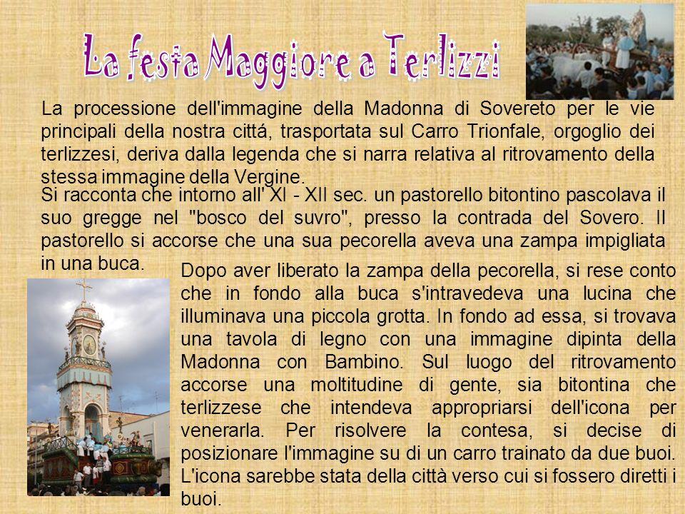 La processione dell'immagine della Madonna di Sovereto per le vie principali della nostra cittá, trasportata sul Carro Trionfale, orgoglio dei terlizz