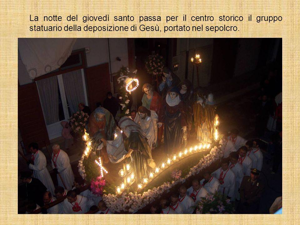 La notte del giovedì santo passa per il centro storico il gruppo statuario della deposizione di Gesù, portato nel sepolcro.