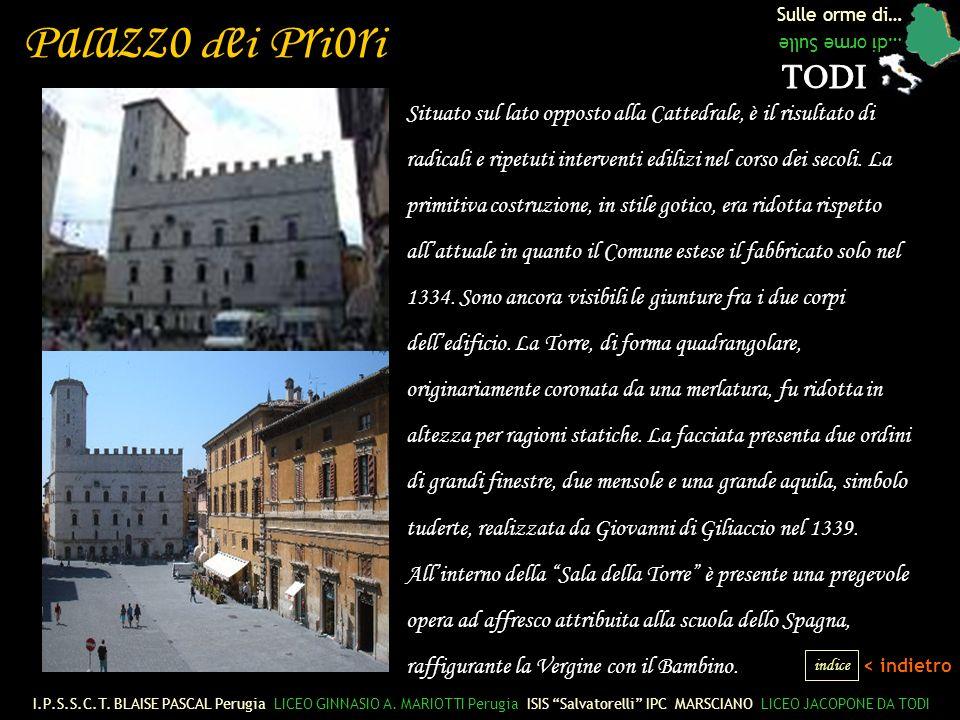 Sulle orme di… …di orme Sulle Situato sul lato opposto alla Cattedrale, è il risultato di radicali e ripetuti interventi edilizi nel corso dei secoli.
