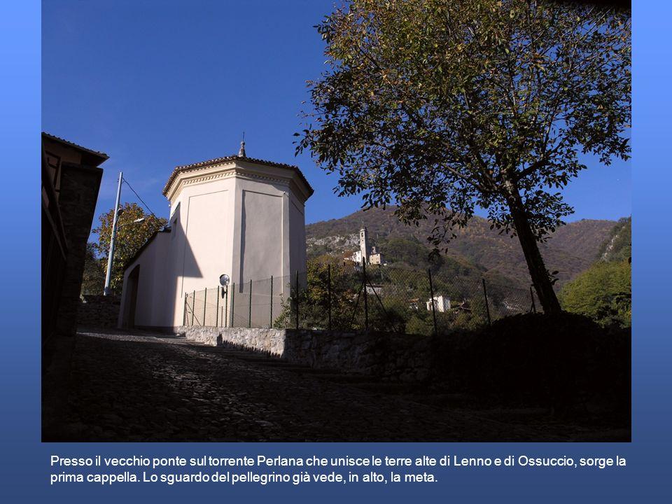 Presso il vecchio ponte sul torrente Perlana che unisce le terre alte di Lenno e di Ossuccio, sorge la prima cappella. Lo sguardo del pellegrino già v