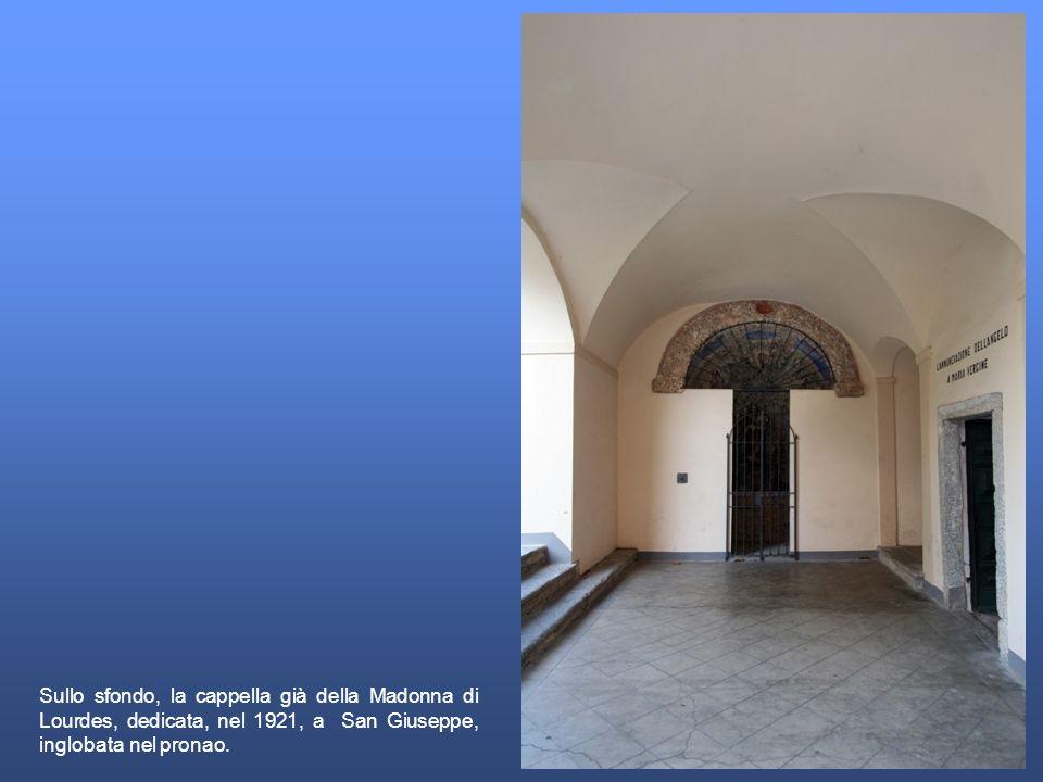 Sullo sfondo, la cappella già della Madonna di Lourdes, dedicata, nel 1921, a San Giuseppe, inglobata nel pronao.