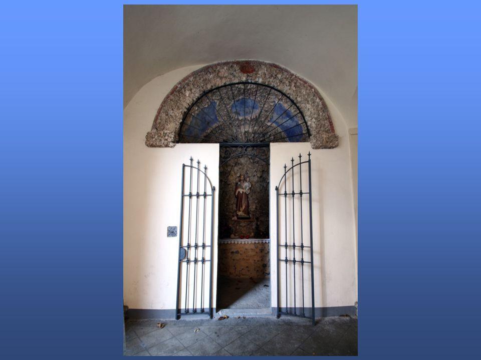 Angolo di raccoglimento, con inginocchiatoio e finestrella per losservazione, la preghiera e le elemosine.