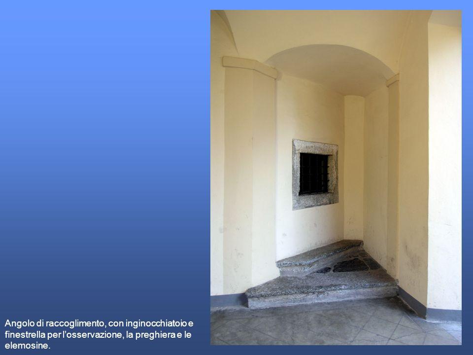 Nellatmosfera silenziosa ed appartata di una non misera casa secentesca, raffigurata su un finto arazzo appeso alla parete, lasciato sulla sedia il tombolo per un momento di preghiera, la devota intimità è propizia al mistero dellannuncio.