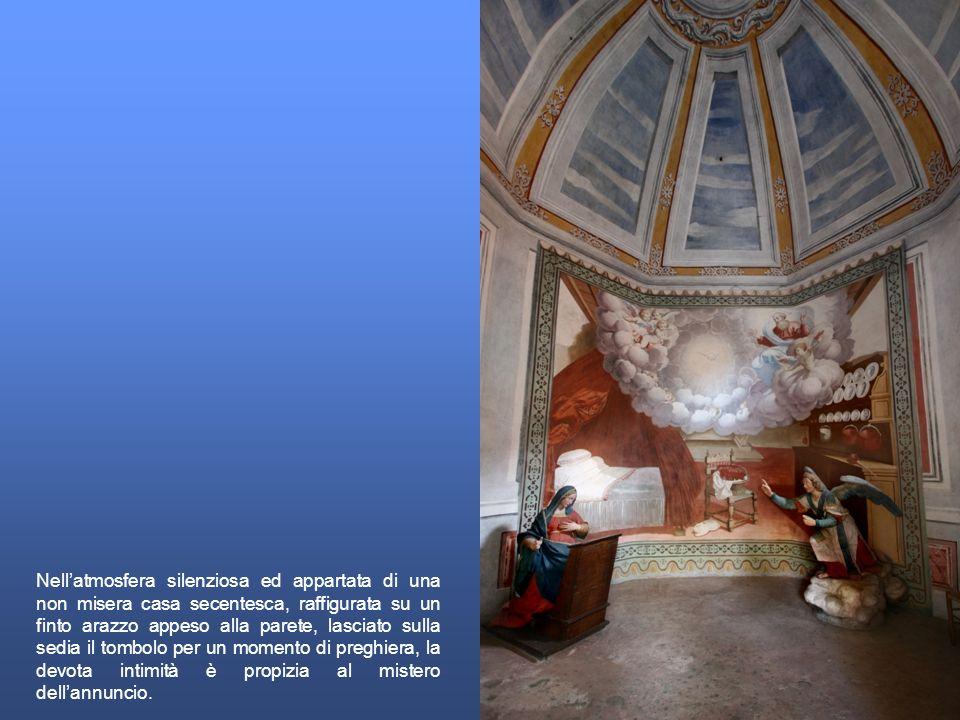 Nellatmosfera silenziosa ed appartata di una non misera casa secentesca, raffigurata su un finto arazzo appeso alla parete, lasciato sulla sedia il to
