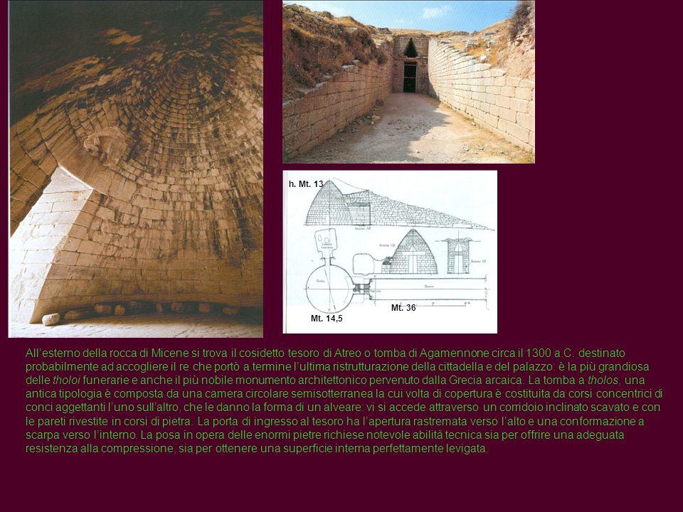 Allesterno della rocca di Micene si trova il cosidetto tesoro di Atreo o tomba di Agamennone circa il 1300 a.C. destinato probabilmente ad accogliere