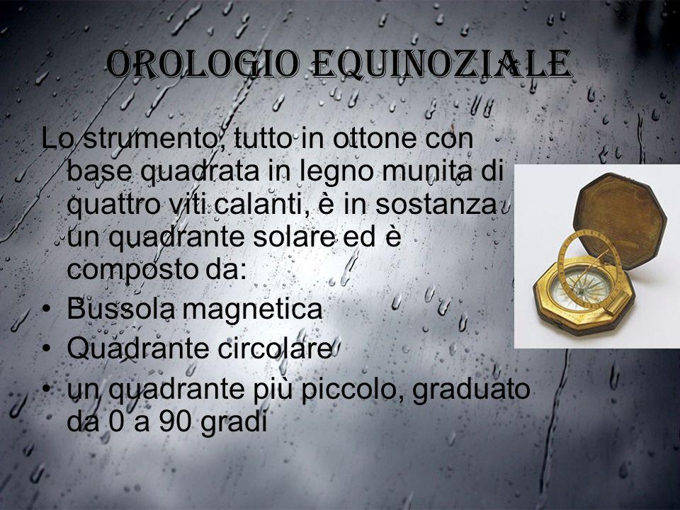 Orologio equinoziale Lo strumento, tutto in ottone con base quadrata in legno munita di quattro viti calanti, è in sostanza un quadrante solare ed è c