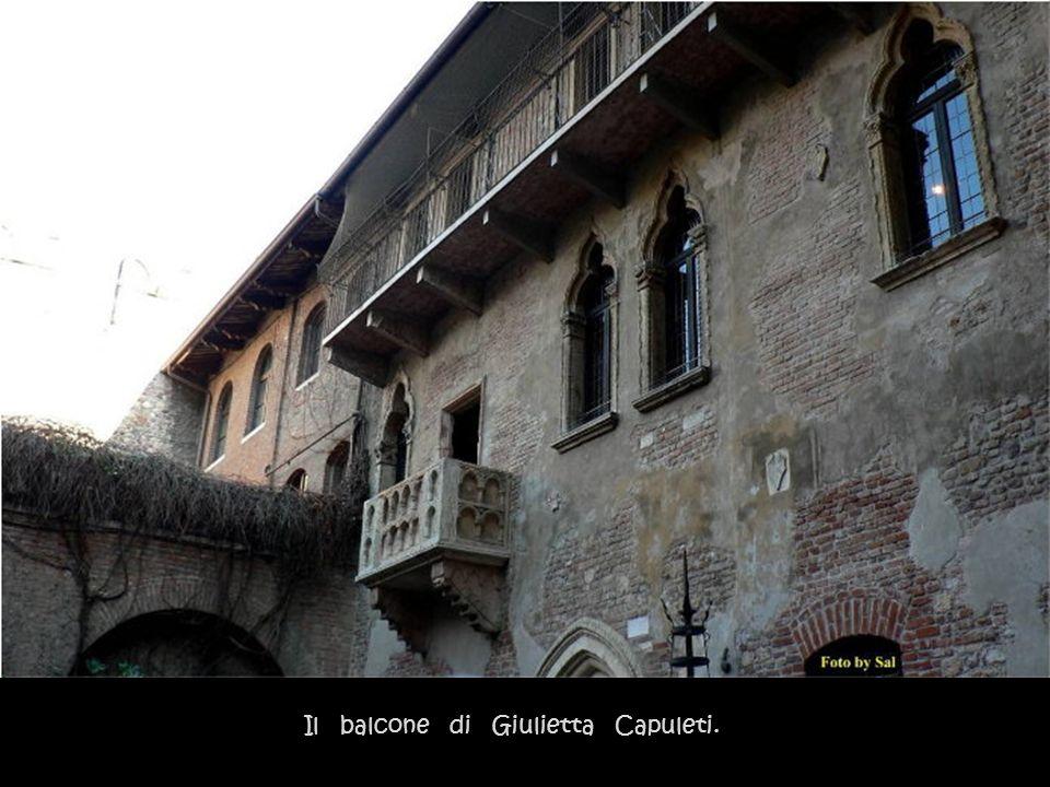 La casa dei Montecchi, in via delle Arche, è poco distante da quella di Giulietta. Romeo giungeva quasi subito ai piedi del fatidico poggiolo dove Giu