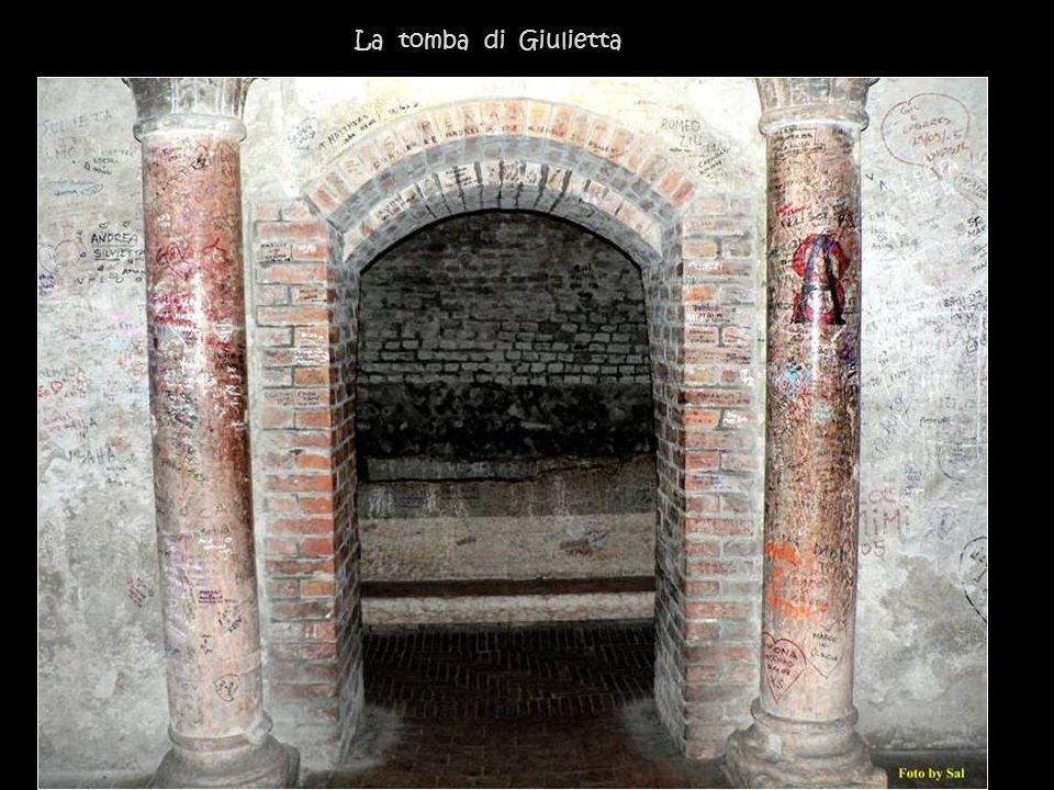 Il busto di Shakespeare allingresso della tomba di Giulietta.