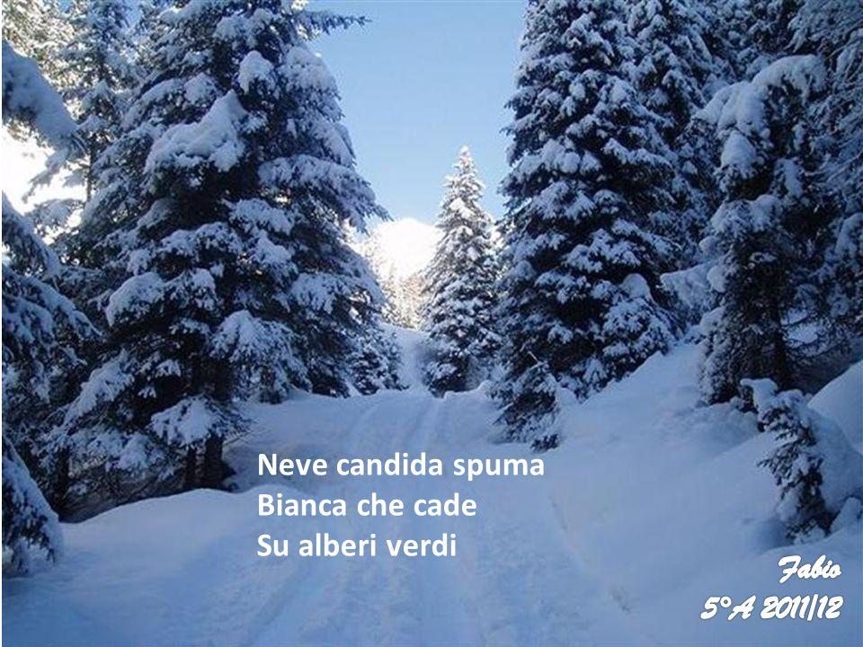Neve candida spuma Bianca che cade Su alberi verdi