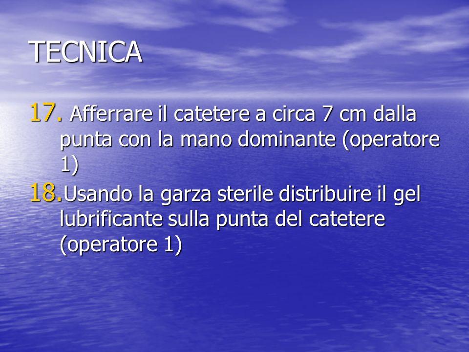 TECNICA 17.Afferrare il catetere a circa 7 cm dalla punta con la mano dominante (operatore 1) 18.