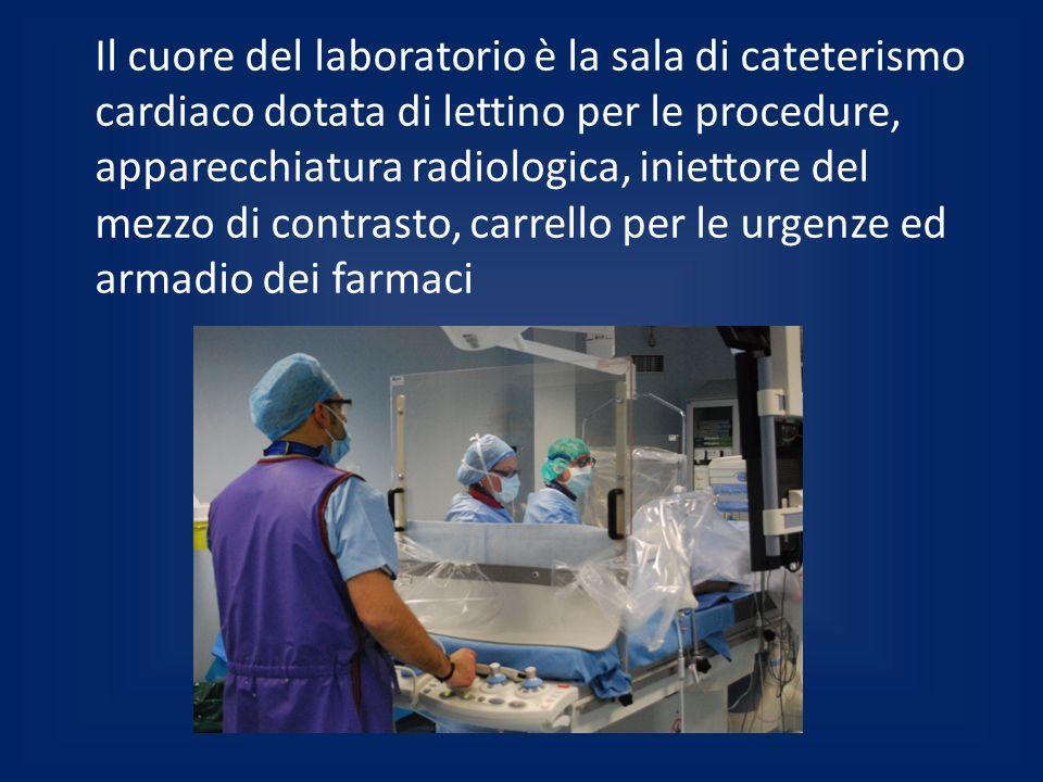Il cuore del laboratorio è la sala di cateterismo cardiaco dotata di lettino per le procedure, apparecchiatura radiologica, iniettore del mezzo di con