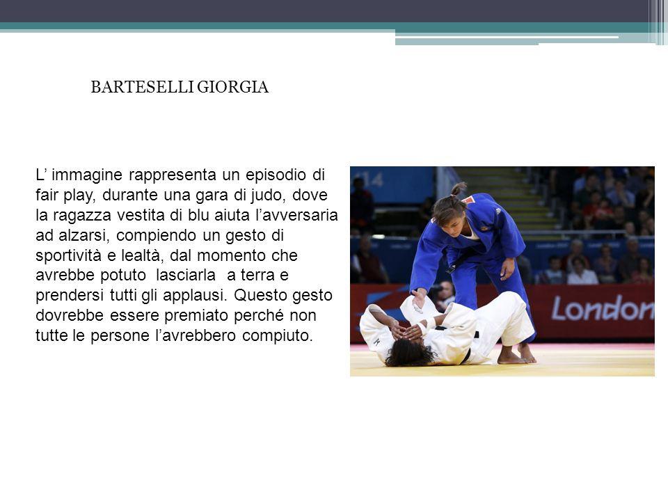 L immagine rappresenta un episodio di fair play, durante una gara di judo, dove la ragazza vestita di blu aiuta lavversaria ad alzarsi, compiendo un g