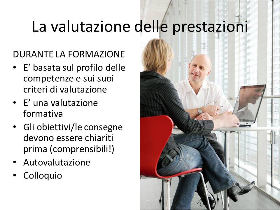 La valutazione delle prestazioni DURANTE LA FORMAZIONE E basata sul profilo delle competenze e sui suoi criteri di valutazione E una valutazione forma
