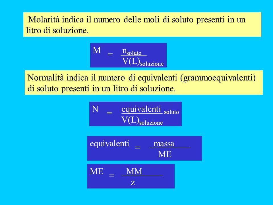 Molarità indica il numero delle moli di soluto presenti in un litro di soluzione. Normalità indica il numero di equivalenti (grammoequivalenti) di sol