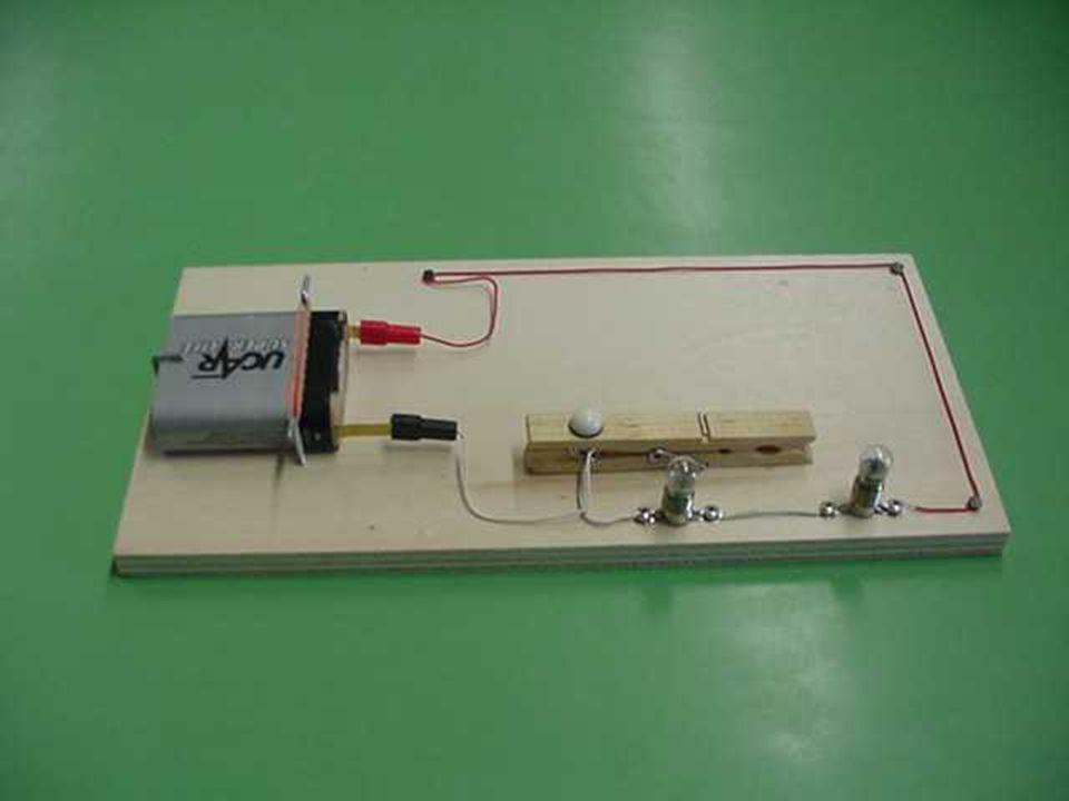 Circuito lampade in Serie Nel circuito lampade in serie, abbiamo due o più lampadine collegate una di seguito allaltra. Se le lampadine sono uguali la
