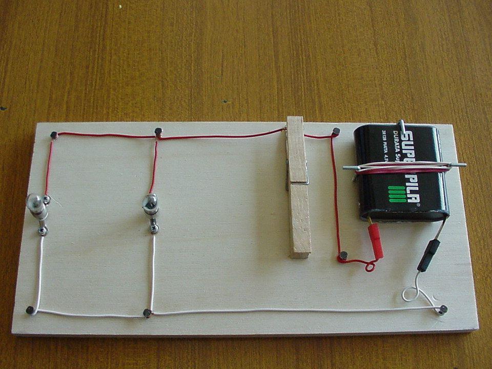 Circuito lampade in Parallelo Nel circuito lampade in parallelo, abbiamo due o più lampadine i cui contatti sono collegati o al polo positivo o al pol