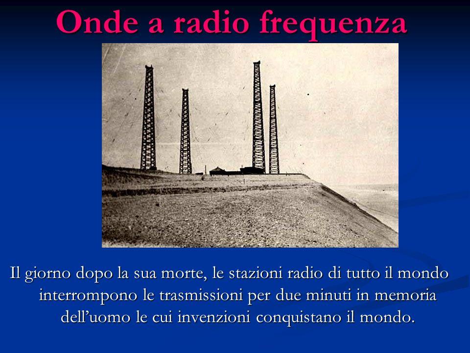 Onde a radio frequenza Il giorno dopo la sua morte, le stazioni radio di tutto il mondo interrompono le trasmissioni per due minuti in memoria delluom