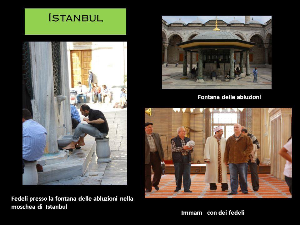 Immam con dei fedeli Fedeli presso la fontana delle abluzioni nella moschea di Istanbul Istanbul Fontana delle abluzioni